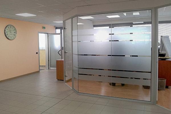 Realizzazione pareti vetrate con pellicola personalizzata