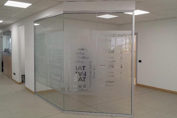 Realizzazione pareti vetrate con scritte personalizzate