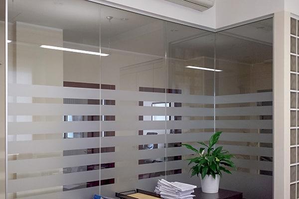 Realizzazione pareti vetrate con pellicola satinata