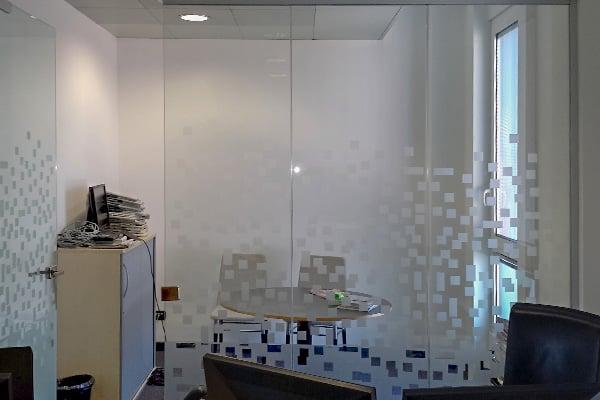 Realizzazione pareti vetrate con grafica personalizzata